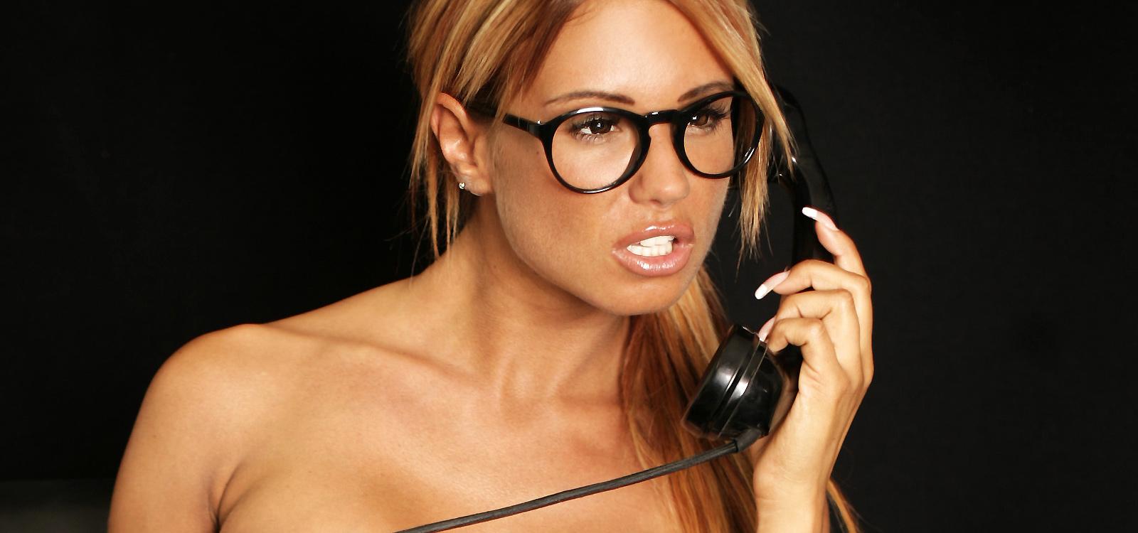 <div class='slider_caption'> <h1>Schweizer Hotline für Telefonerziehung durch erfahrene Herrinnen.</h1> <a class='slider-readmore' href='http://www.domina-telefonsex.ch/telefonerziehung/'>Weiterlesen</a> </div>